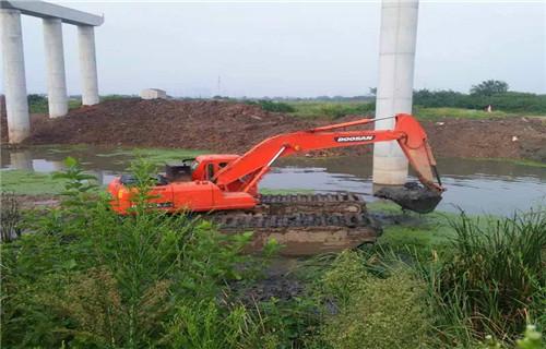水陆两用挖掘机租赁酒泉金塔专业水陆挖机特性